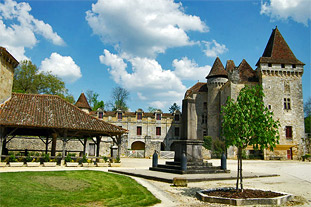 The village of Saint Jean de Côle and the château of the Marthonie